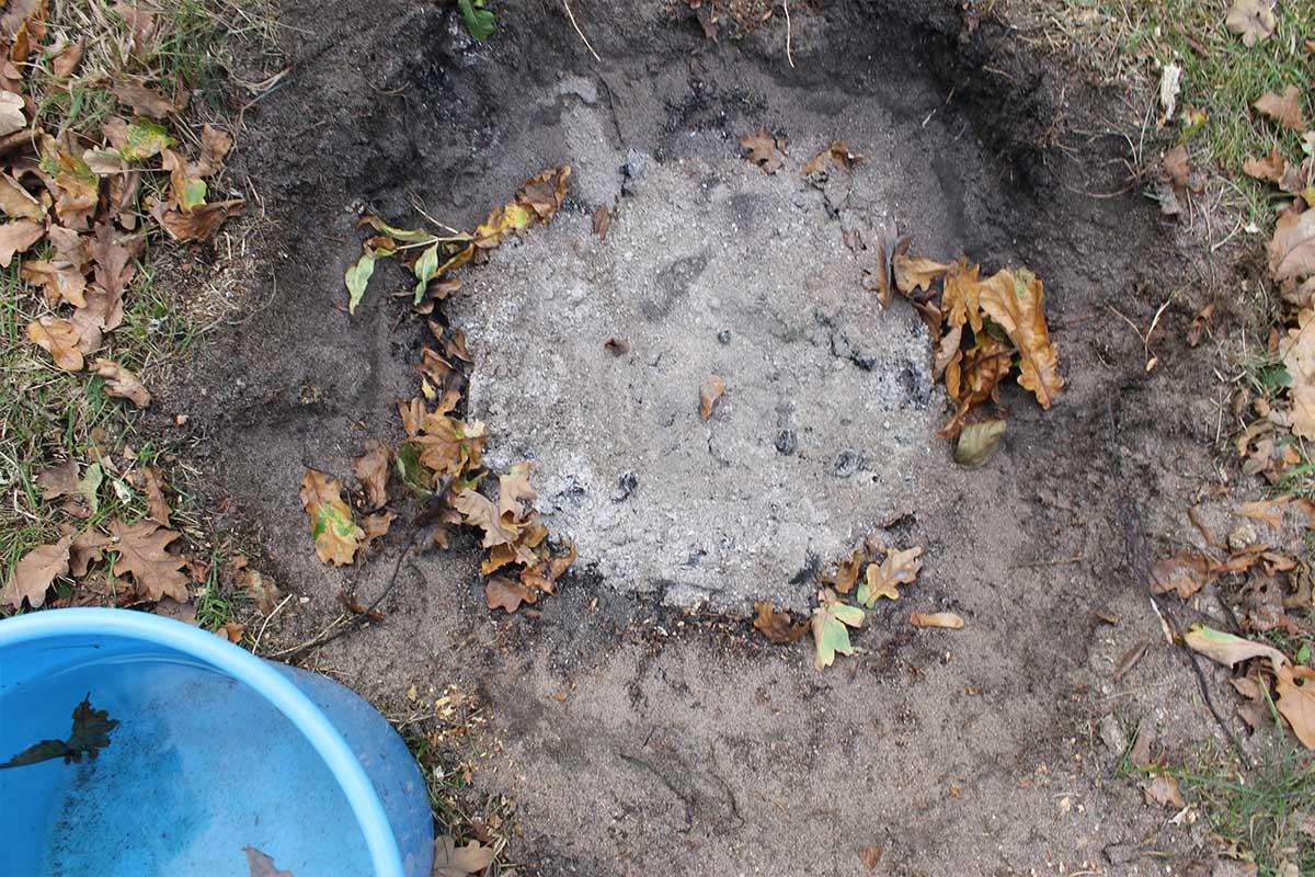 Elda upp stubbar Referensstubben nr 2 Gammal murken och fuktig stubbe med djupt liggande rötter där enbart en grop finns kvar efter att stubben har eldats upp med Stubbskorstenen