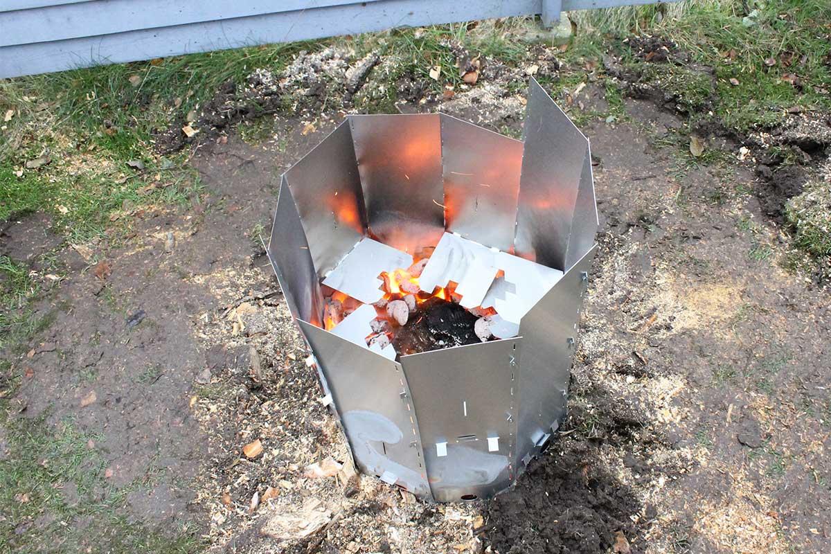Elda upp stubbar Referensstubbe 5 Stor stubbe med ytliga rötter som eldas upp i två omgångar där briketter brinner inne i stubbskorstenen omgång 1