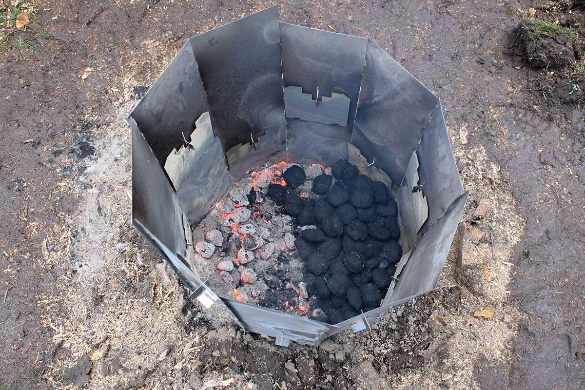 Elda upp stubbar Referensstubbe 5 Stor stubbe med ytliga rötter som eldas upp i två omgångar där briketter fyllts på i omgång 2