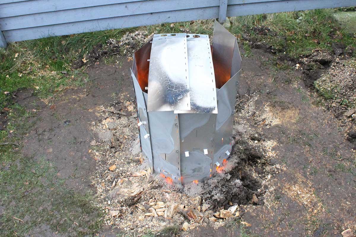 Elda upp stubbar Referensstubbe 5 Stor stubbe med ytliga rötter som eldas upp i två omgångar där stubben brinner i omgång 1