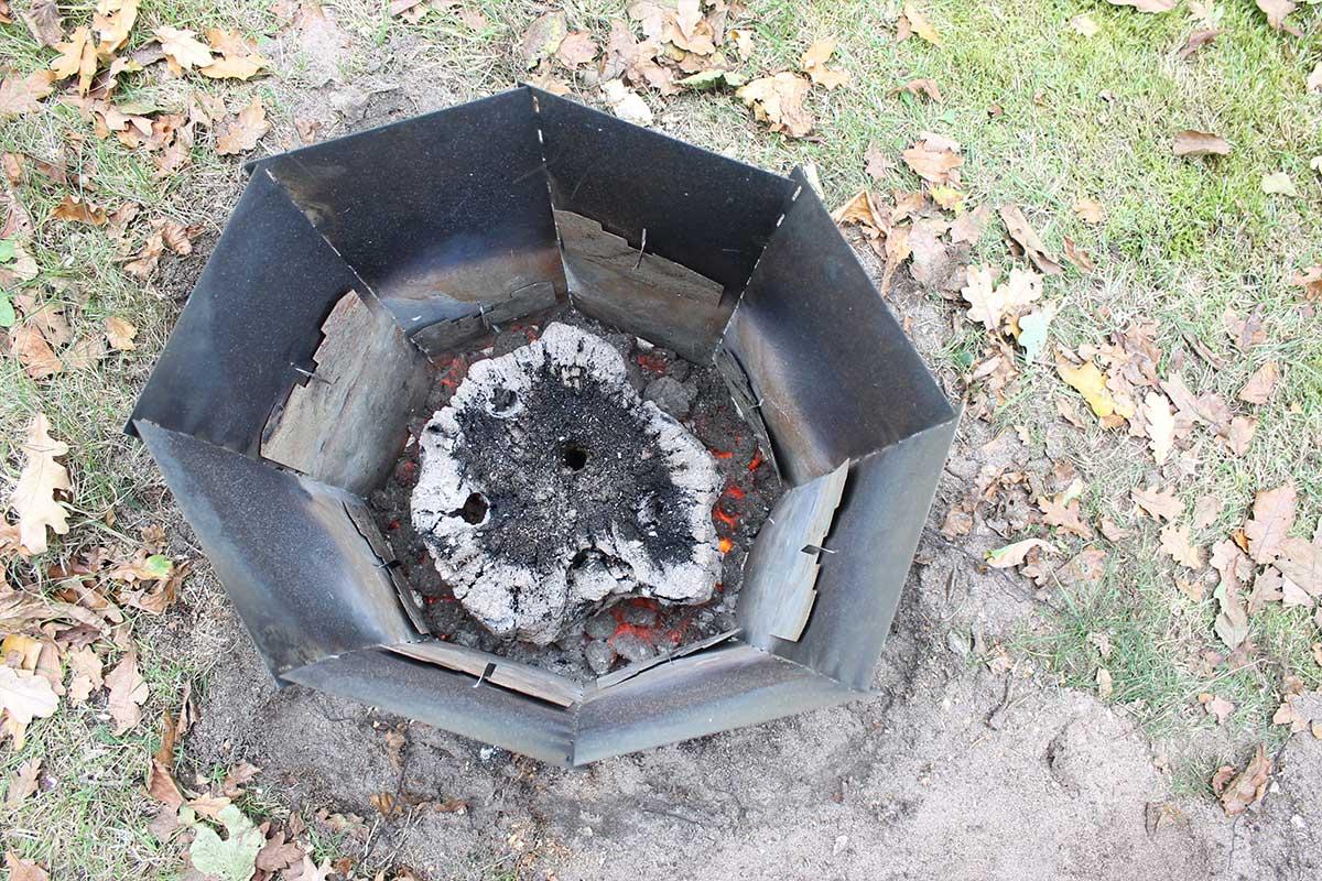 Elda upp stubbar Referensstubben nr 2 Gammal murken och fuktig stubbe med djupt liggande rötter i en stubbskorsten där briketter har brunnit upp och nya skall fyllas på
