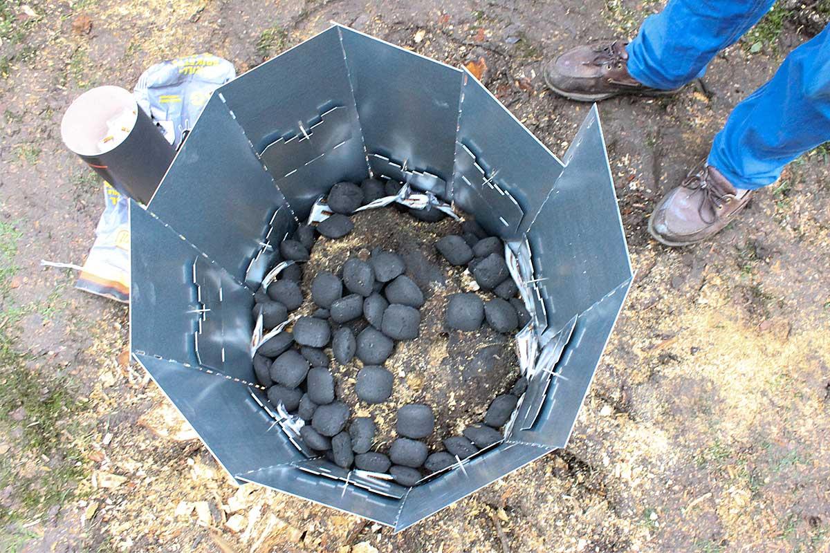 Referensstubbe 5 Stor stubbe med ytliga rötter som eldas upp i två omgångar med briketter och tändkuddar i omgång 1