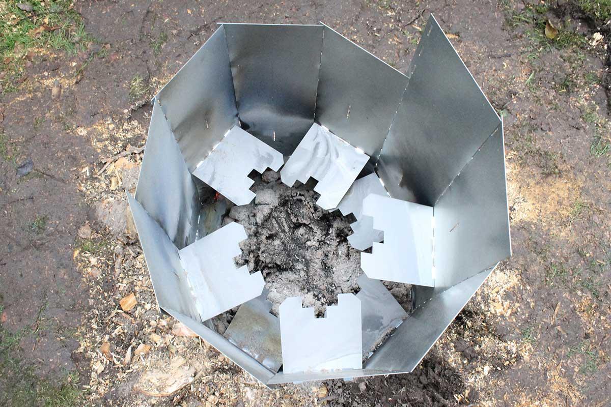 Referensstubbe 5 Stor stubbe med ytliga rötter som eldas upp i två omgångar där briketterna tagit slut i omgång 1
