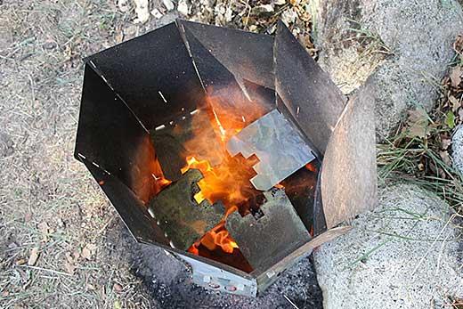 Ta bort stubbar själv med en Stubbskorstenen sett uppifrån där det bildas mycket värme i stubbskorstenen så att stubben som står nära en stenkant brinner