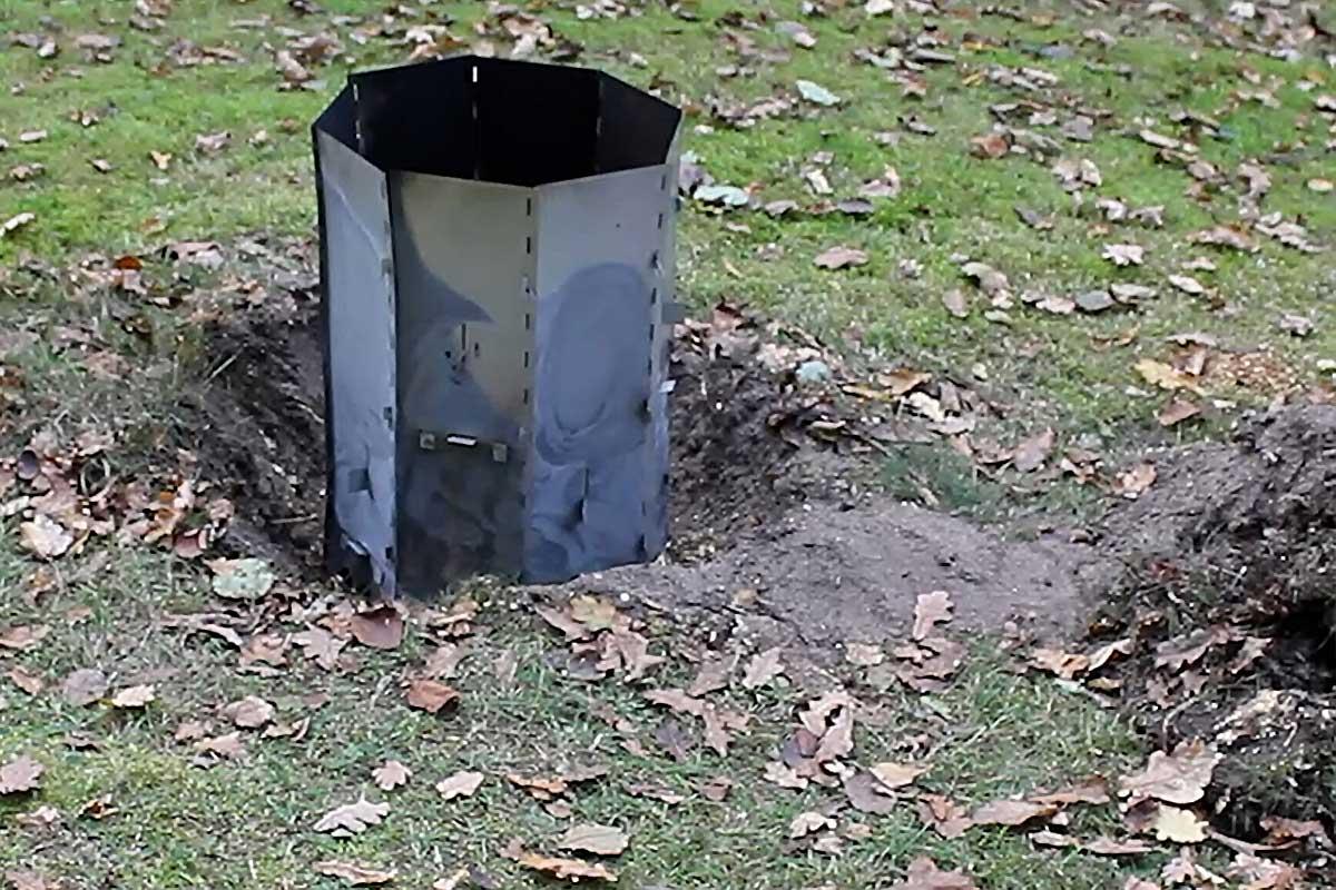 Elda upp stubbar Referensstubben nr 2 Gammal murken och fuktig stubbe med djupt liggande rötter där stubbskorstenen har anpassats och placerats över stubben