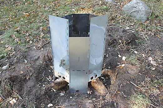 Stubbskorstenens är placerad över en stubbe och sidor är monterade på olika höjd för att anpassas efter stubbens form
