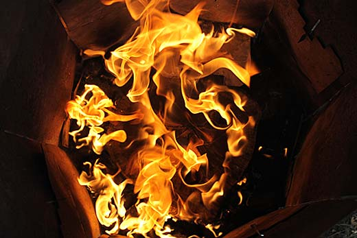 Eldslågor inne i stubbskorstenen